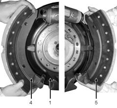 Check the release springs for damages from corrosion or over-tensioning and replace damaged release springs. Remove both brake shoes (4, 5) from the brake.