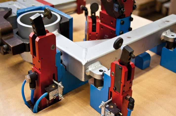 Pneumatic toggle clamp in