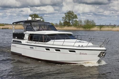 MOTORBOOT - BOARNCRUISER 42 NEW LINE - SALUDA General Brand: Name: Reference number: Dimensions (l x w x d): Airdraft: Shipyard: Boarncruiser 42 New Line Saluda E2044 12.80 x 4.20 x 1.15 m ca. 2.