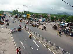 Similarly, by widening the 33km section of NH-5 between Jagatpur to Chandikhol in the state of Orissa from a 2-lane to a 4-lane road in Phase II, congestion length before implementation was improved