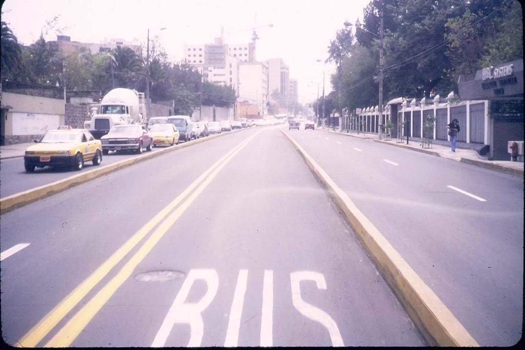 directions of bus travel Level passenger crossing Photo 24 Ecovía Key points: One-way busway