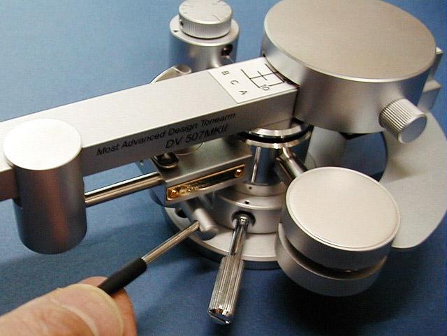 6-8. Arm lift (cueing device) The silicone oil dampened tonearm lift is provided.