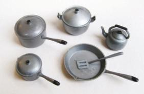 3 In the 1970 catalogue, the pots and pans set is still displayed with the black frying pan.