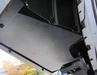 Use M6 x 0 black bolts and washer sets to secure the fender liner to the panels. M6 7Nm. Trim the fender liner end flush with the splash panel face as shown.