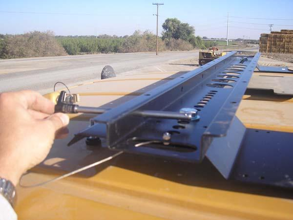 Challenger MT-600C Installation Procedure 16. Attach the three antennas to the proper Roof Module connections. See Figure 2-8. Note: Hand tighten the connections. Do not over tighten.