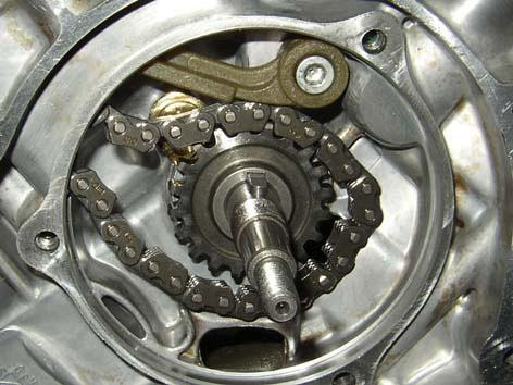 ENGINE Engine 450-550 Slide out the rear cylinder timing gearwheel. Remove the timing chain. Remove the key.