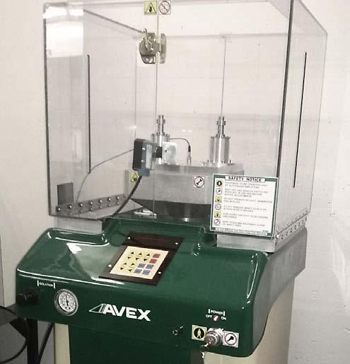 The laboratory system realistically simulates a variety of shock loads of more than 1000 g. After the shock test, the drives must be fully functional.