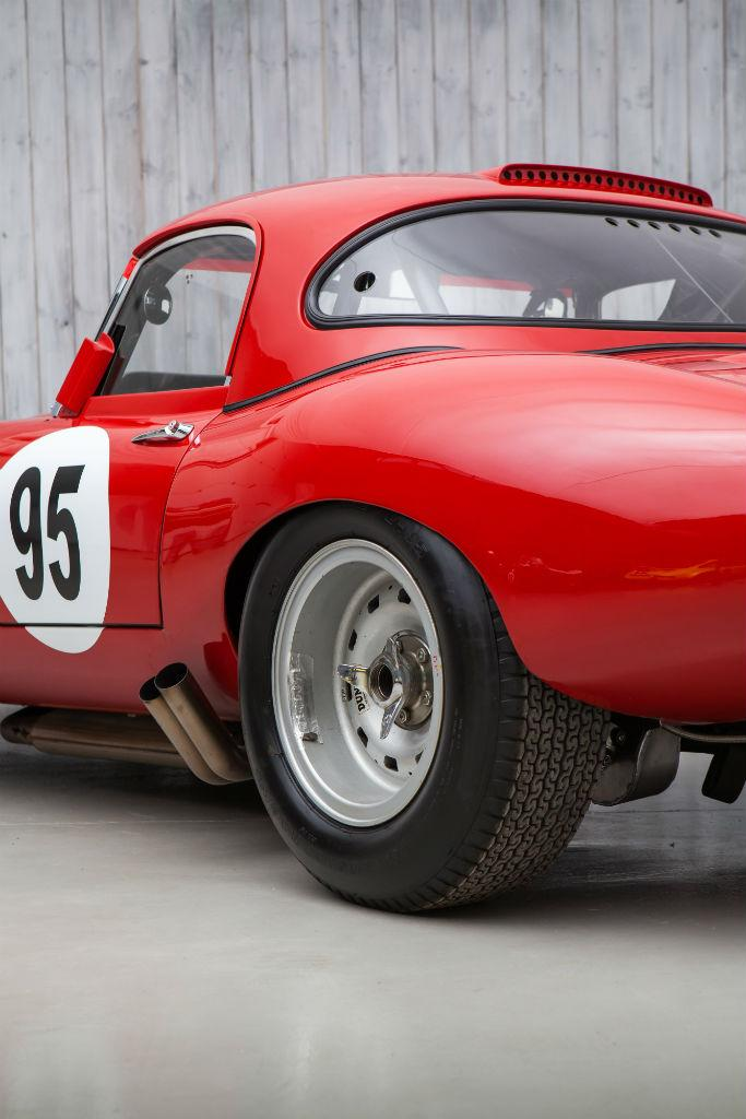 With the change in regulations of 1963, where the manufacturer s championship was changed from sports to Gran Turismo cars, Jaguar conceived the Lightweight E-Type.