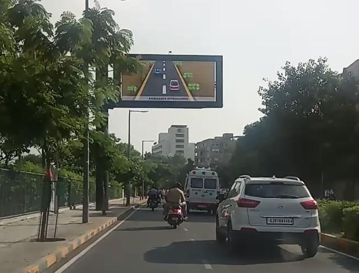 Image of Traffic Information Board with V2X device showing emergency vehicle information The next deployment In the next phase of the experiment, more methods on how the emergency vehicle travel