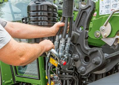 Fendt Cargo-Lock guarantees quick and easy mounting and removal. A multi-coupler connects all hydraulic and electric lines at once even under pressure on the front loader side.